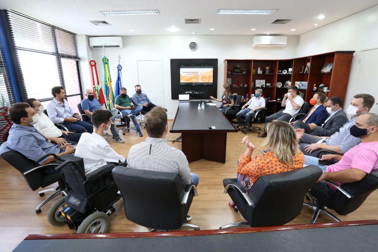 Prefeito e vice de Joinville detalham as primeiras conquistas do governo aos diretórios do NOVO